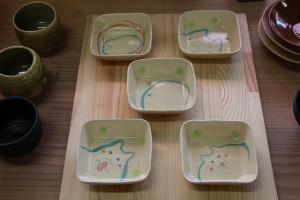 陶芸教室の初級教室で会員様が作成した陶器の器です。可愛い絵付け小皿です。 陶芸に興味のある方、ぜひ初級教室へご入会くださいませ!
