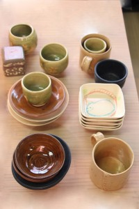 初級教室募集中です!(4月~6月)陶芸教室の初級教室で会員様が作成した器たちです。(陶器製)日常使いに便利で綺麗な器ができました。食卓が明るく賑やかになると思います。